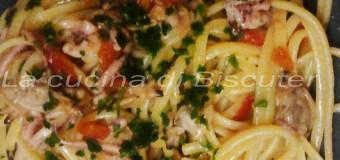Spaghetti risottati con calamari e vongole.